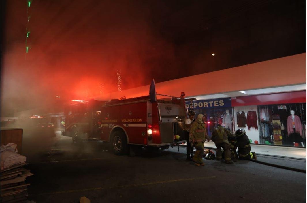 Socorristas se aprestan para combatir incendio en la zona 10. (Foto Prensa Libre: Juan Diego González)