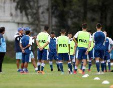 Los seleccionados comienzan su primer entrenamiento con miras al partido contra Cuba. (Foto Prensa Libre: Francisco Sánchez)