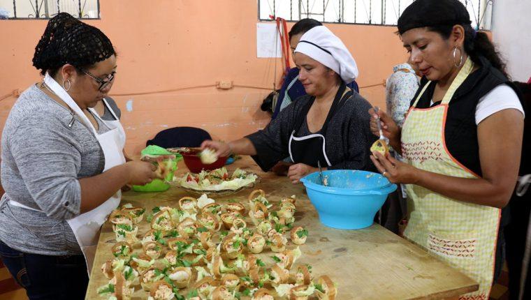 Un grupo de participantes en los cursos se capacita en la preparación de alimentos. (Foto Prensa Libre: Mike Castillo).