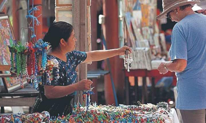 Turistas, en una venta de artesanías y curiosidades al atracar un crucero en Puerto Quetzal, Escuintla. (Foto Prensa Libre: Hemeroteca PL)