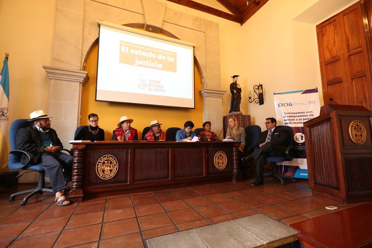 Autoridades indígenas de Quetzaltenango, analistas y representantes de la sociedad civil conversan sobre la cultura de legalidad en el país y la impunidad en el departamento. (Foto Prensa Libre: Mynor Toc)
