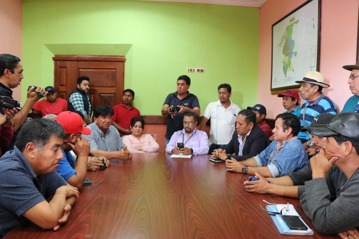 Transportistas de Quiché brindan detalles del paro que tienen programado para el 24 de este mes. (Foto Prensa Libre: Héctor Cordero).