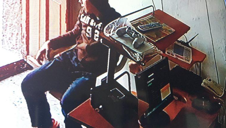 Imagen muestra el momento en que el sujeto roba el celular. (Foto Prensa Libre: Mario Morales)