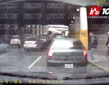 Tres hombres aprovechan el tráfico en la 24 calle de la zona 4 capitalina para asaltar a automovilistas. (Foto Prensa Libre: La Red)