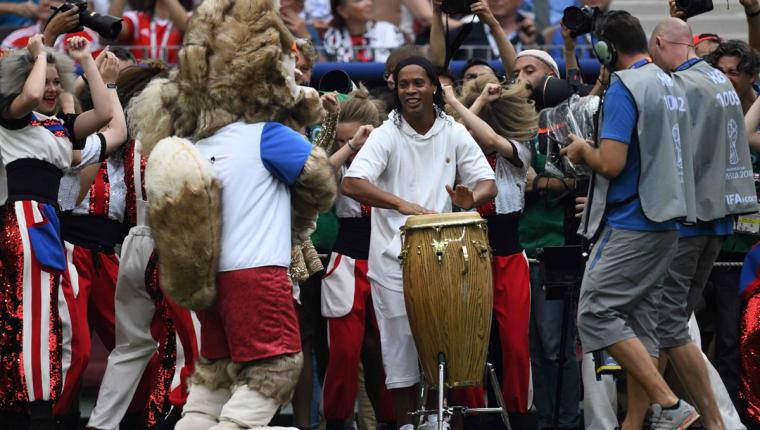 Ronaldinho encendió el ambiente en la final del Mundial de Rusia 2018. (Foto Prensa Libre: AFP)