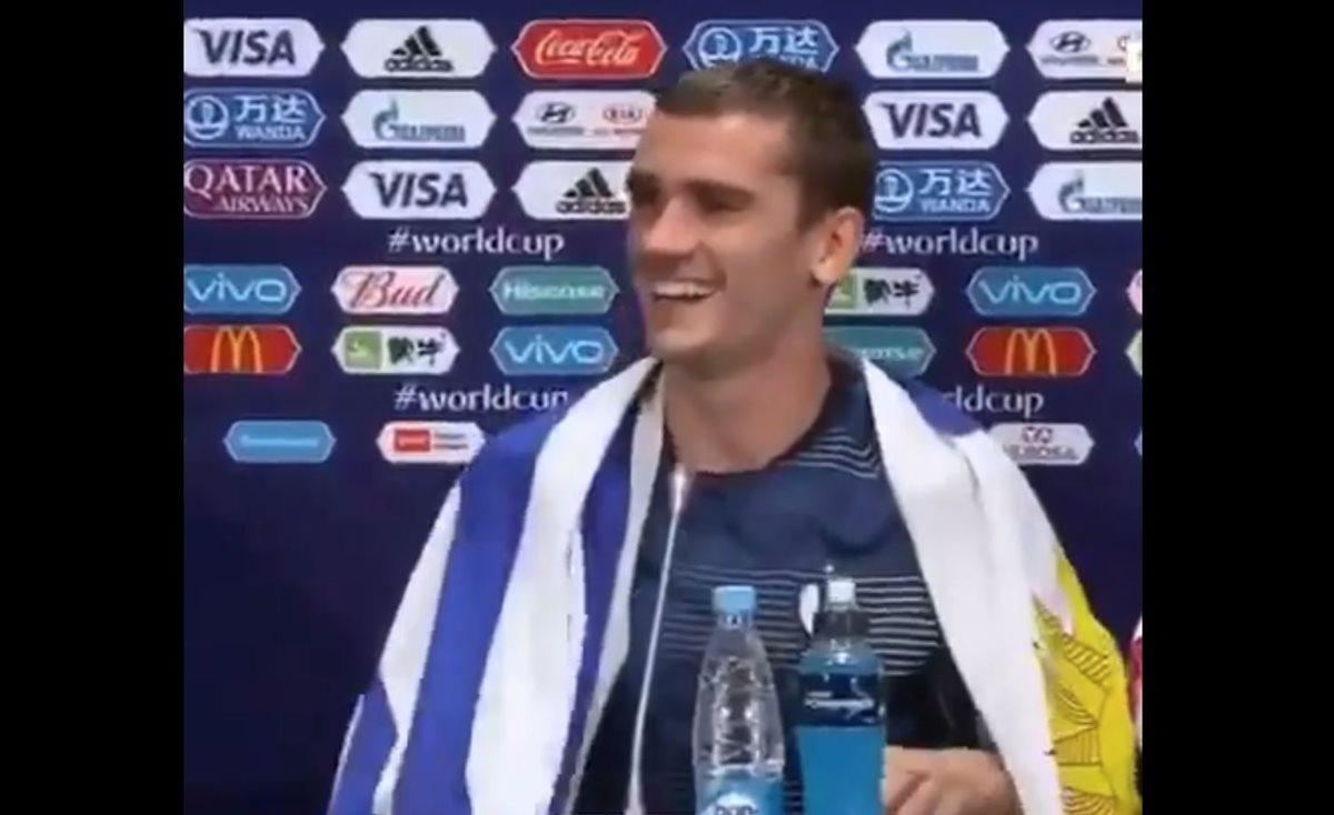Griezmann da su primera entrevista como campeón del mundo con la bandera de Uruguay