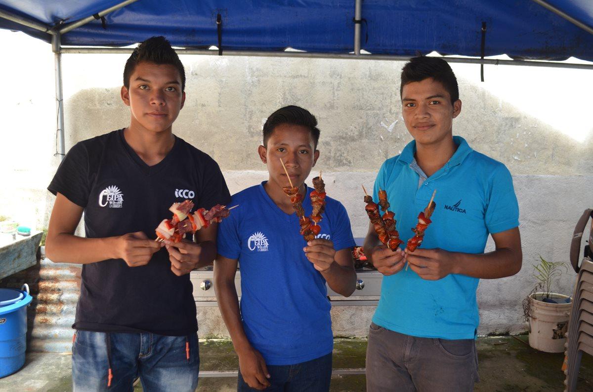 Jóvenes de escasos recursos sueñan con ser chefs