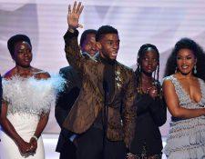 Danai Gurira, Chadwick Boseman, Lupita Nyong'o, Angela Bassett, al recibir el premio SAG más importante de la noche.  (Foto Prensa Libre:  Frederic J. BROWN / AFP)