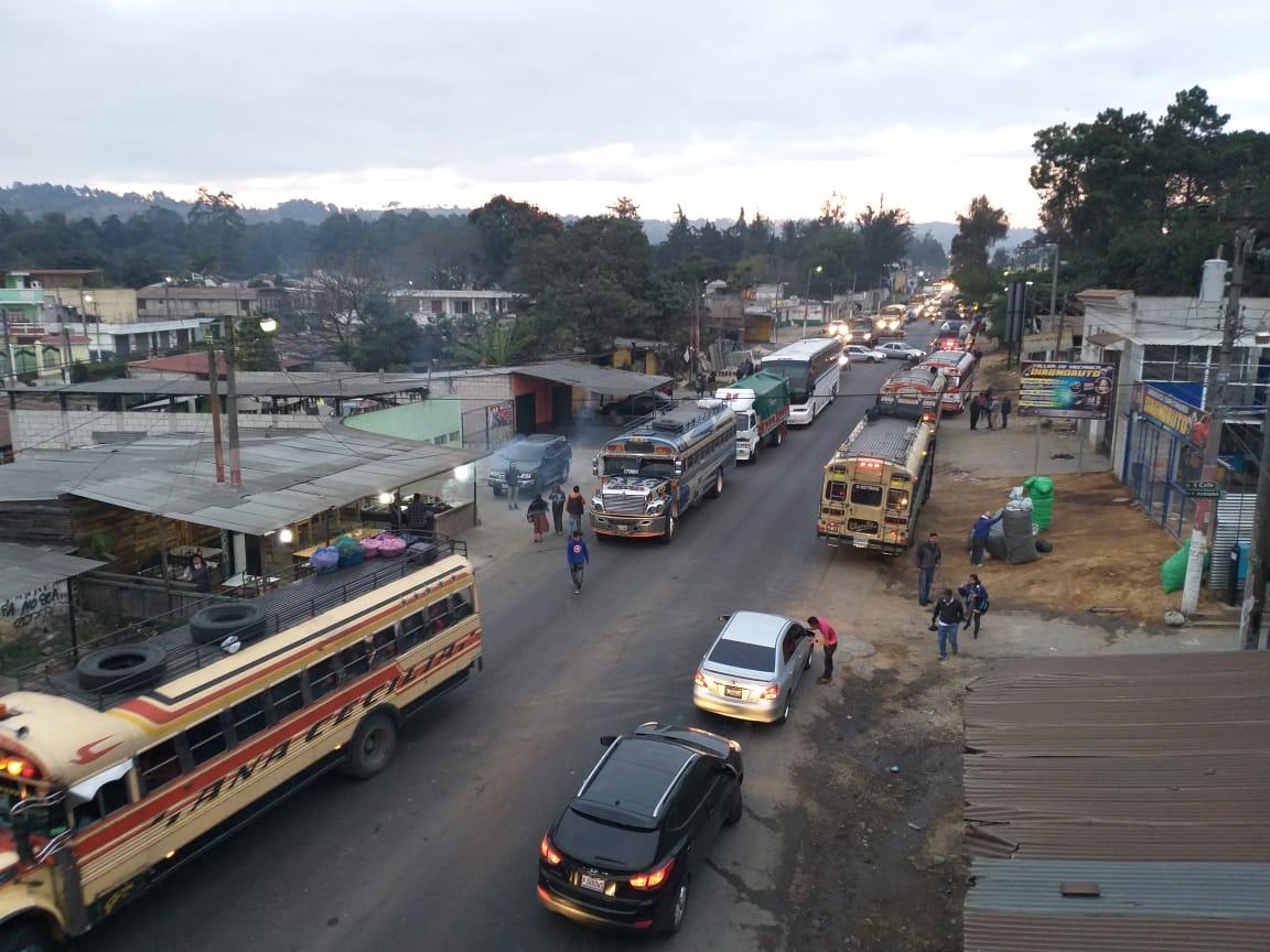 La fila de vehículos ya es larga, por el bloqueo en Chimaltenango. (Foto Prensa Libre: Cortesía)