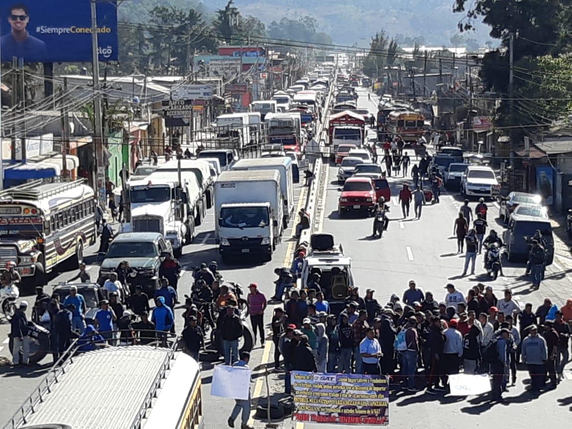 Triple fila se ha formado en Chimaltenango, con sentido al occidente del país. (Foto Prensa Libre: Julio Sicán)