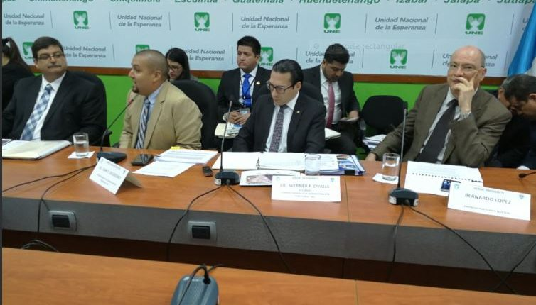 Autoridades de la SAT, portuarias y comisionado de Competitividad, en reunión con diputados de la bancada UNE. (Foto Prensa Libre: Urias Gamarro)
