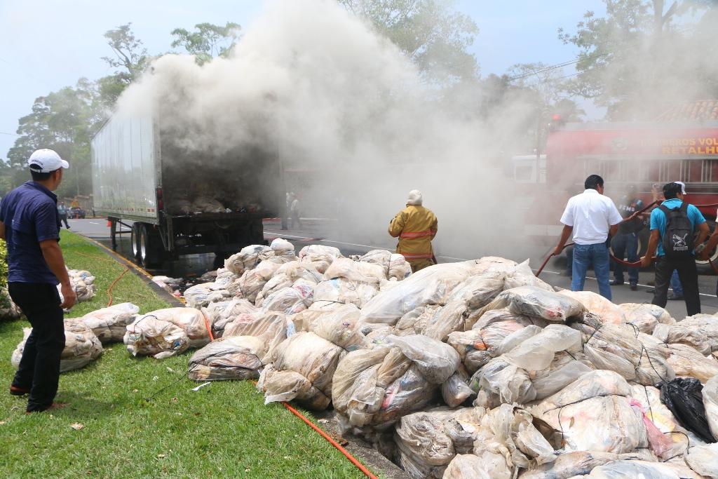 Furgón en el que se transportaba material de reciclaje se incendia