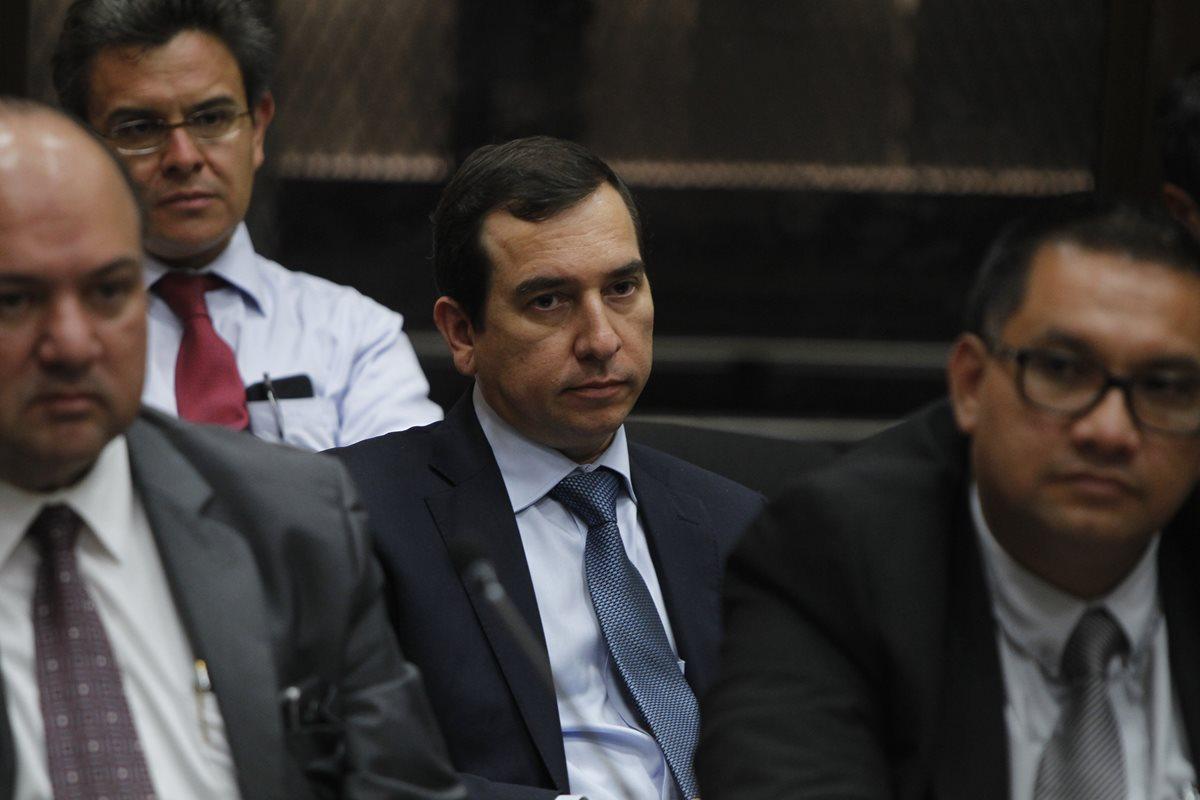 Juez envía a prisión a banquero y empresarios