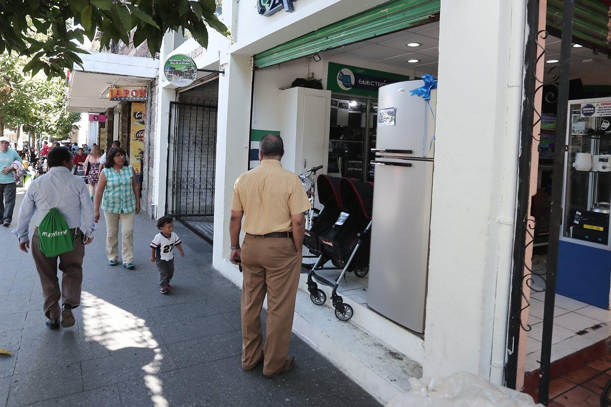 Aunque la mayoría de artículos que se exhiben en las casas de empeño son electrodomésticos, los guatemaltecos también llevan joyas, carruajes y hasta vehículos automotores. (Foto Prensa Libre: Juan Diego González)