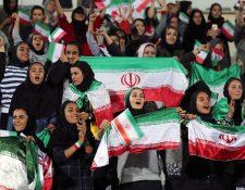 Un grupo de mujeres muestra su alegría por presenciar el partido de Irán contra Bolivia. (Foto Prensa Libre: AFP).