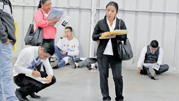 Cada semana se observan largas filas de personas en busca de sus antecedentes penales y policíacos. (Foto Prensa Libre: Hemeroteca PL)
