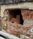 Una de las tumbas que ha sido profanada en el Cementerio General de la capital. (Foto Prensa Libre: Pualo Raquec).