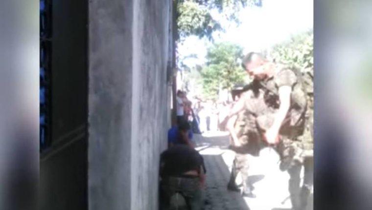 Video publicado en el 2015 captó a soldados durante agresión en San Pedro Yepocapa, Chimaltenango. (Foto HemerotecaPL)
