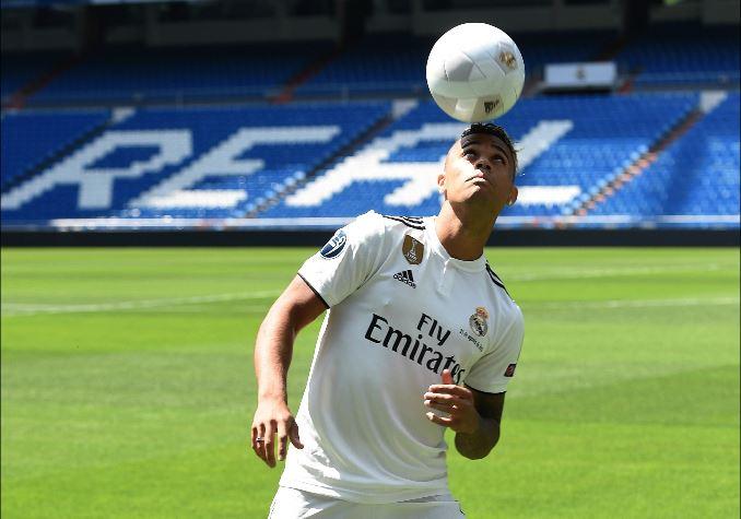 Mariano Díaz durante la presentación como jugador del Real Madrid en el Santiago Bernabéu. (Foto Prensa Libre: AFP).