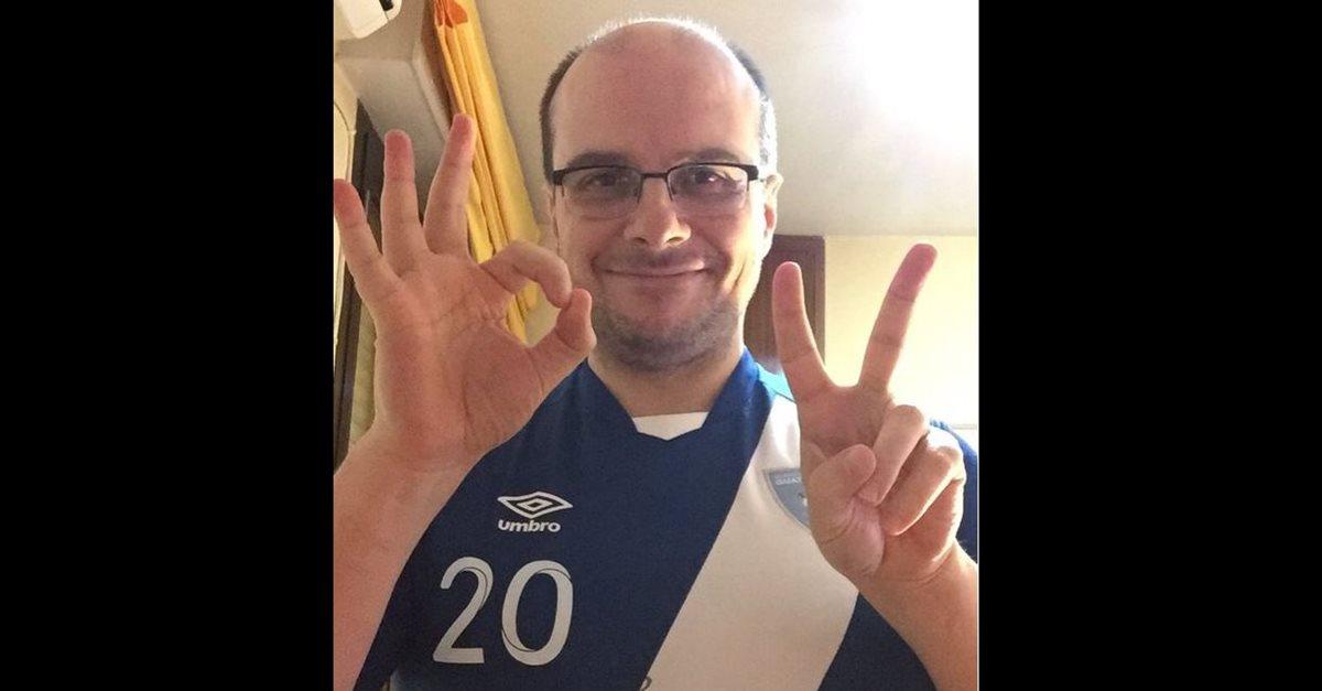El estadista español Mister Chip, posa con la camisola de la Selección Nacional, el día del histórico triunfo de Guatemala sobre Estados Unidos, el 25 de marzo de 2016. (Foto Prensa Libre: Hemeroteca PL)