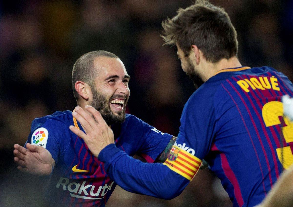 El defensa del FC Barcelona Gerard Piqué celebra con Paco Alcácer su gol, el segundo del equipo frente al Murcia. (Foto Prensa Libre: EFE).