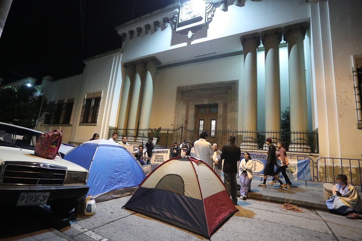 Médicos levantan campamento sin ser recibidos por Jimmy Morales