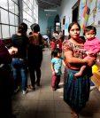 Mujeres van con sus hijos a los centros de Salud para llevar el control de su crecimiento, peso y talla. (Foto Prensa Libre: Paulo Raquec)