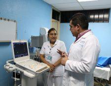 Médicos del Hospital Regional de Occidente, en Xelajú, utilizan equipo alquilado para atender a los pacientes. (Foto Prensa Libre: María José Longo)