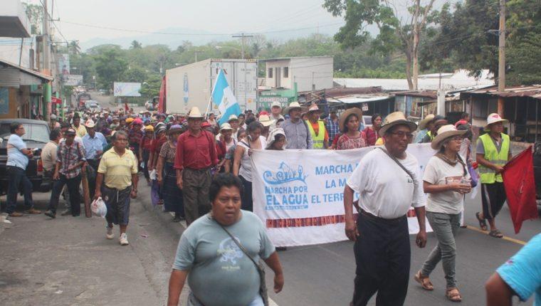 Participantes de caminata salen de la cabecera de Escuintla. (Foto Prensa Libre: Melvin Sandoval)