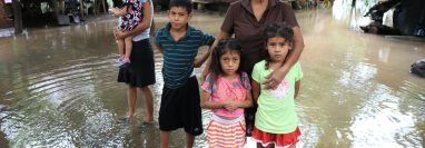 La familia Arrecis es una de las afectadas por las inundaciones en Iztapa, Escuintla. (Foto Prensa Libre: Carlos Paredes)