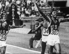 Tommie Smith ganó la final de los 200 metros planos de las Olimpiadas de México en 1968 en tiempo récord por delante del australiano Peter Norman (ausente en la foto) y John Carlos (259). (Foto Prensa Libre: BBC News Mundo)