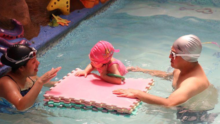 La natación es uno de los deportes que mayor número de niños recibe para los cursos de vacaciones. La piscina está ubicada en el Complejo Deportivo de Xela. (Fotos Prensa Libre: Raúl Juárez)