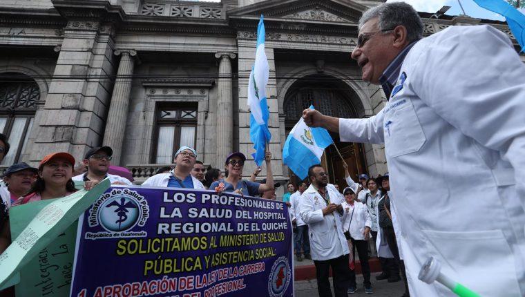 Profesionales de la salud llegaron al Congreso de la República para exigir que sus peticiones de mejora salarial y estabilidad laboral sean escuchadas. (Foto Prensa Libre: Esbin García)