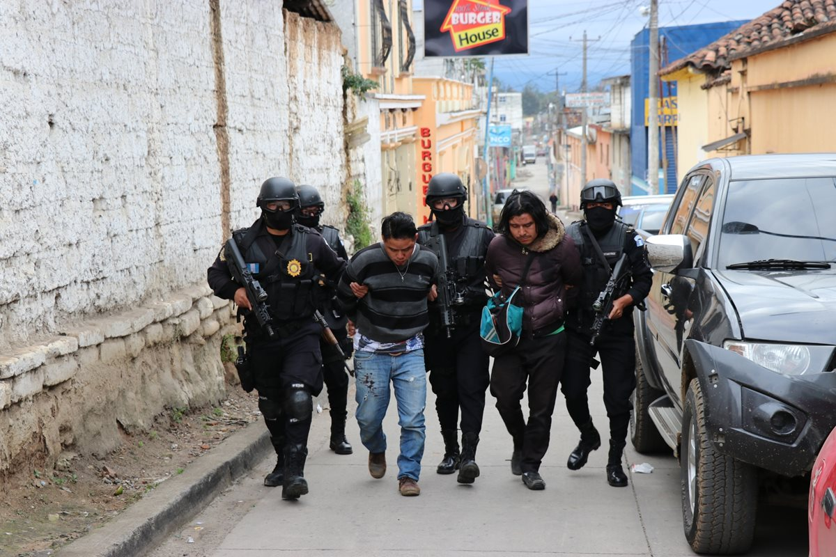Los dos presuntos delincuentes capturados en Santa Cruz del Quiché. (Foto Prensa Libre: Héctor Cordero).