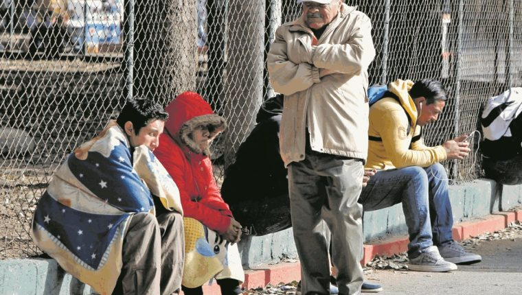 Las bajas temperaturas obligan a los capitalinos a abrigarse para evitar un resfriado. (Foto Prensa Libre: Hemeroteca PL).