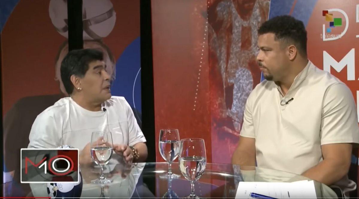 Maradona tuvo de invitado al exgoleador brasileño Ronaldo, con quien habló sobre la Selección de Brasil. (Foto Prensa Libre: Captura de Video)