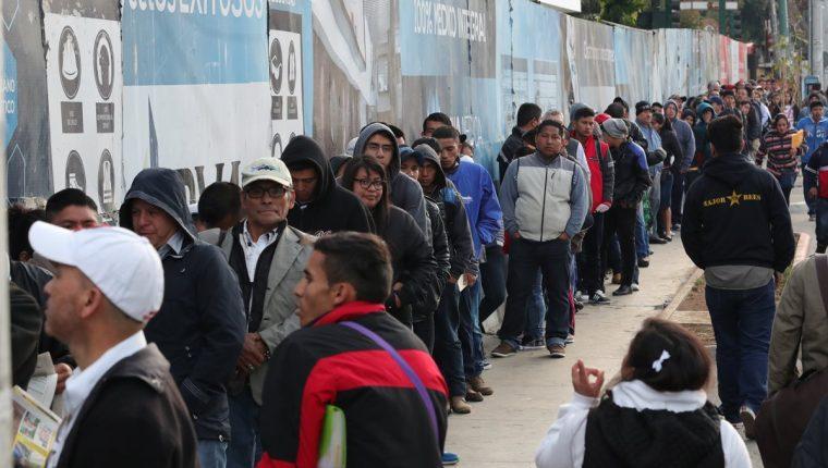Cientos de personas hacen largas filas para obtener sus antecedentes policíacos y penales, que durante esta época son requeridos para poder solicitar empleo. (Foto Prensa Libre: Estuardo Paredes)