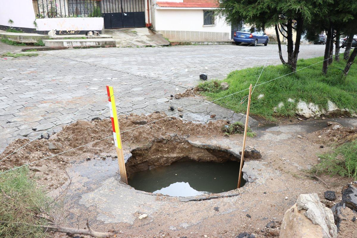Hundimiento se originó por una falla en la tubería. (Foto Prensa Libre: María José Longo)