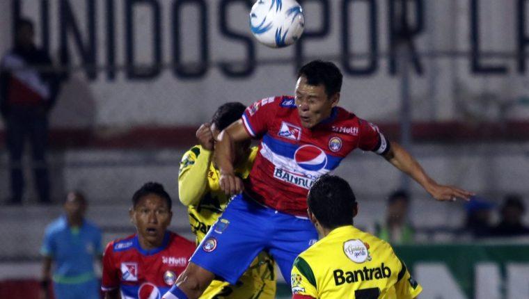 Acción durante el partido disputado en el Mario Camposeco. (Foto Prensa Libre: Carlos Ventura)