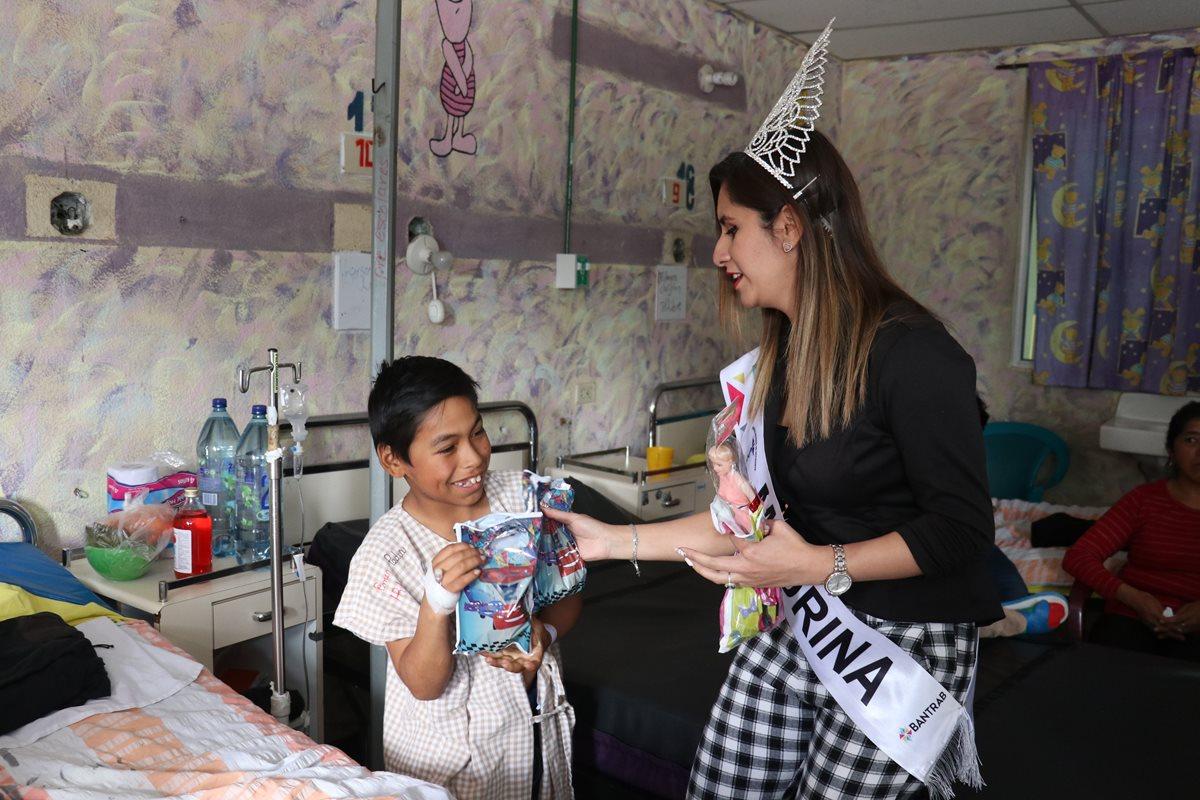 Lucrecia Aragón, madrina del HRO, fue una de las personas que tuvo la iniciativa de llevar un regalo a los niños internos. (Foto Prensa Libre: Raúl Juárez)