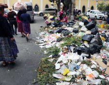 Uno de los basureros que afectan a los transeúntes en Xela. (Foto Prensa Libre: Carlos Ventura).