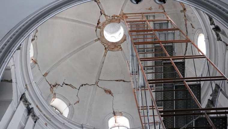 La cúpula de la Catedral de Xela presenta daños, cuyo costo costará alrededor de Q3 millones. (Foto Prensa Libre: Carlos Ventura)