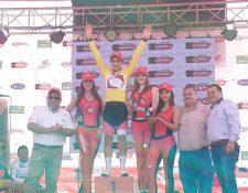 Alonso Gamero, de la Selección de Perú, festeja en el podio de la Vuelta a Guatemala. (Foto CDAG).