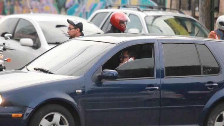 El uso del teléfono celular mientras se maneja es una de las principales causas de accidentes de tránsito en la capital. (Foto Hemeroteca PL)