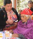 Doña Juana Chox, durante el festejo de su cumpleaños 123. (Foto Prensa Libre: Ángel Julajuj)