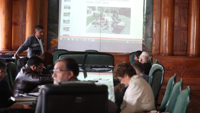 El jefe de la Unidad de Mantenimiento Municipal, Jaime Cobaquil, solicitó al Concejo de Xela contrar más personal para esa dependencia. El alcalde critició el desempeño de los empleados. (Foto Prensa Libre: Mynor Toc)