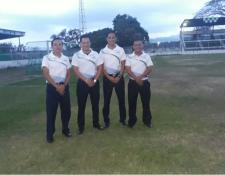 La cuarteta arbitral formada por José Herrera,Jerónimo López, Billy Monzón y Wildomar Ramírez, así como el comisario Emilio Pineda, sufrió agresiones verbales y físicas por parte de la directiva de Escuintla SS, en el duelo de ayer contra Rosario FC, celebrado en el estadio Armando Barillas (Foto Prensa Libre: Cortesía)