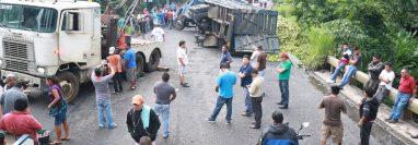 Pasadas más de dos horas del accidente, una grúa llegó para remover el tráiler. (Foto Prensa Libre: Cristian Icó)