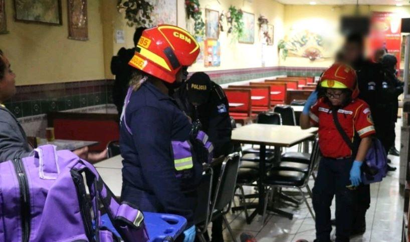 Bomberos Municipales, en el lugar donde murió baleada una mujer en la zona 1 capitalina. (Foto Prensa Libre: Bomberos Municipales)