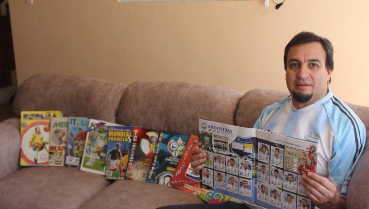 En la sala de su vivienda, en Xela, Manuel López muestro con orgullo los 10 álbumes que ha llenado. (Foto Prensa Libre: Fred Rivera)